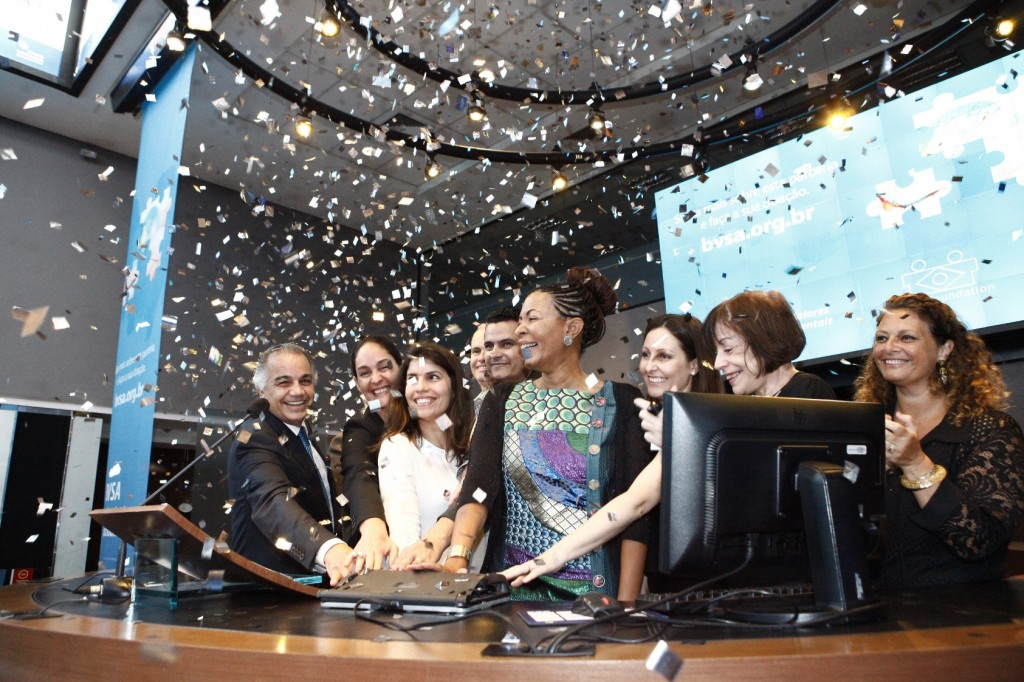 Edemir Pinto, CEO of BM&FBOVESPA, Patricia Lobaccaro, President and CEO of BrazilFoundation and representatives of NGOs participating in the symbolic ringing of the opening bell