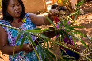 Evanilda desenvolve atividades com crianças para resgatar cultura indígena